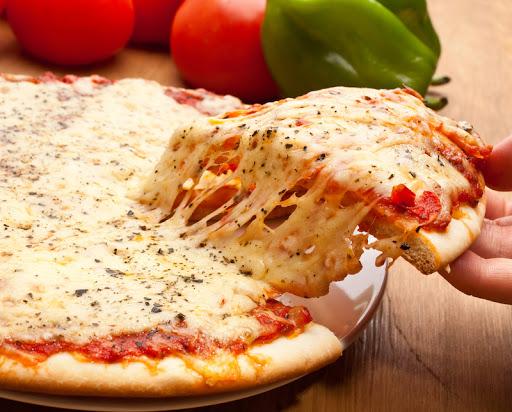 Pizza de tomate y muzzarela